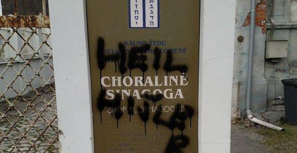"""Policija pradėjo tyrimą dėl """"Heil Hitler"""" užrašo ant Kauno sinagogos"""