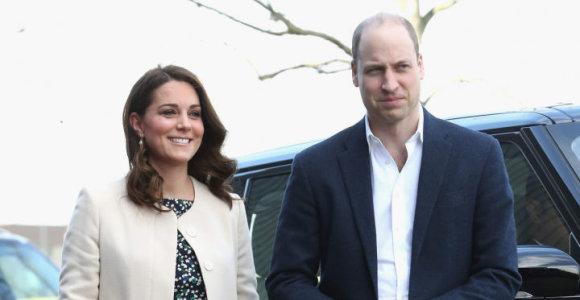 Britanijos princo Williamo ir jo žmonos kortežo motociklas partrenkė pensininkę
