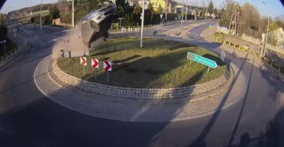 """Virš žiedo automobiliu """"praskridusiam"""" Lenkijos gyventojui šuolis kainuos labai brangiai"""