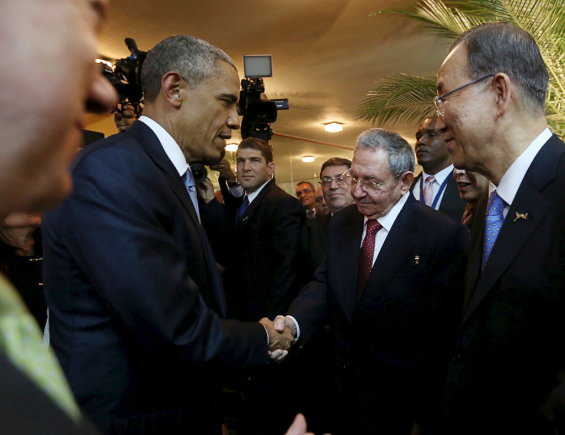 """""""Reuters""""/""""Scanpix"""" nuotr./Barackas Obama ir Raulis Catro paspaudė vienas kitam ranką."""