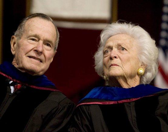 """""""Reuters""""/""""Scanpix"""" nuotr./George'as Bushas vyresnysis su žmona Barbara"""