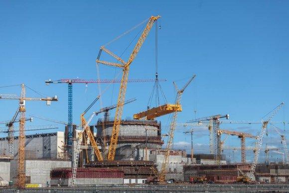 """BelAEC paskyros feisbuke nuotr./Pirmasis Astravo AE reaktorius pasipuošė apsaugine """"kepure"""""""