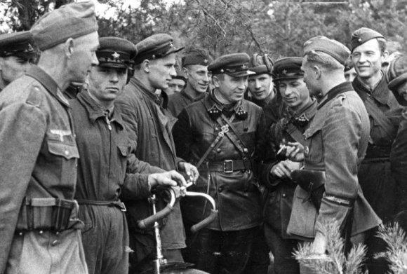 Wikipedia.org nuotr./Sovietų ir vokiečių karių susitikimas po bendros Lenkijos operacijos