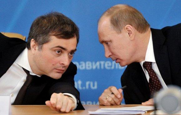 "AFP/""Scanpix"" nuotr./Vladislavas Surkovas (kairėje) ir Vladimiras Putinas"