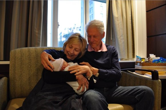 """Twitter"" nuotr./Hillary ir Billas Clintonai su anūku Aidanu"