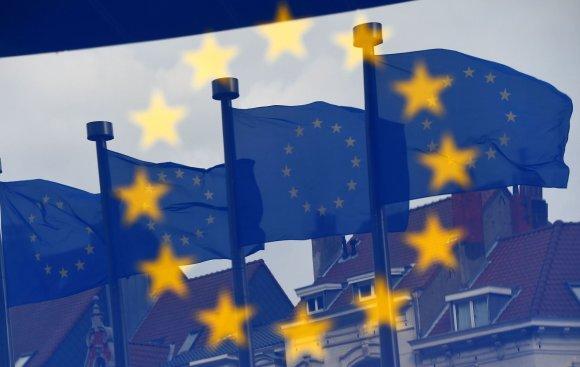 """AFP/""""Scanpix"""" nuotr./ES vėliavos netoli Europos Komisijos pastato Briuselyje"""