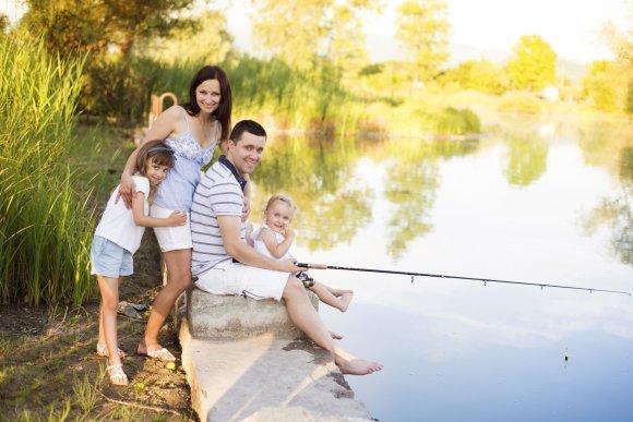 123rf.com nuotr./Šeimos mėgsta ilsėtis sodybose ir kempinguose prie vandens
