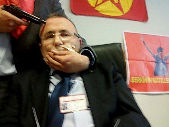 """AFP/""""Scanpix"""" nuotr./Turkijos prokurorui Mehmetui Selimui Kirazui į galvą įremtas ginklas."""