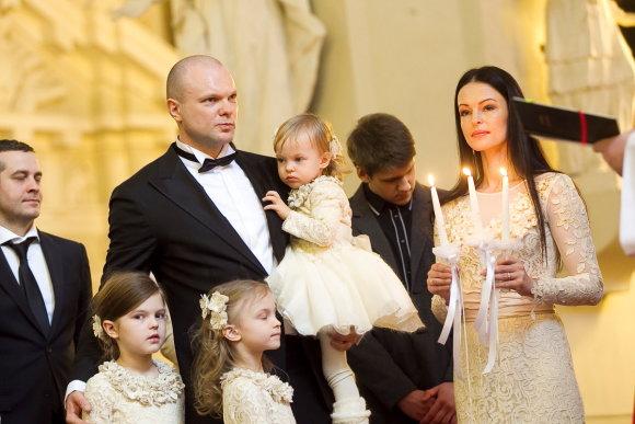 Viganto Ovadnevo/Žmonės.lt nuotr./Jurgita ir Kristupas Krivickai su dukromis Atėne, Elada ir Fausta