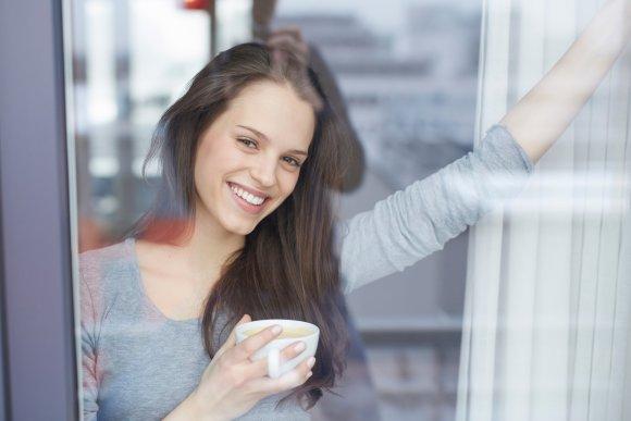 Vida Press nuotr./Moteris geria kavą