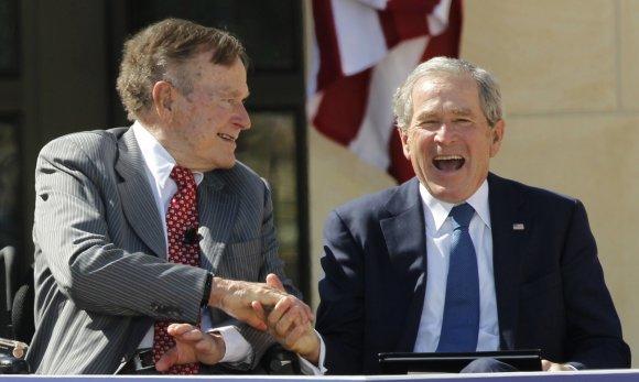 """""""Reuters""""/""""Scanpix"""" nuotr./Tėvas ir sūnus, buvę JAV prezidentai George H.W. Bushas ir George W. Bushas"""