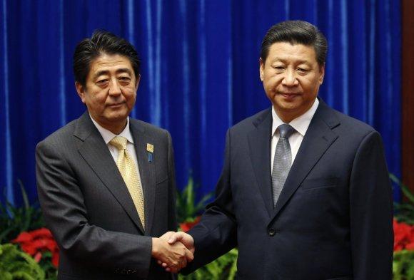 """AFP/""""Scanpix"""" nuotr./Kinijos prezidentas Xi Jinpingas ir Japonijos premjeras Shinzo Abe"""