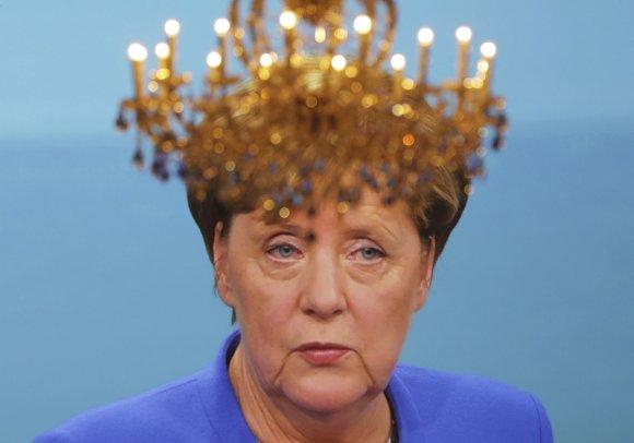 """""""Scanpix""""/AP nuotr./Šviestuvas virš ekrano, kuriame – Angela Merkel debatuose"""