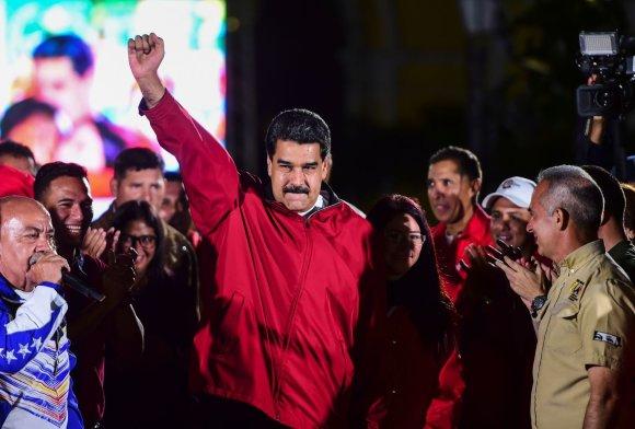 """AFP/""""Scanpix"""" nuotr./Venesuelos prezidentas Nicolas Maduro švenčia pergalę rinkimuose"""