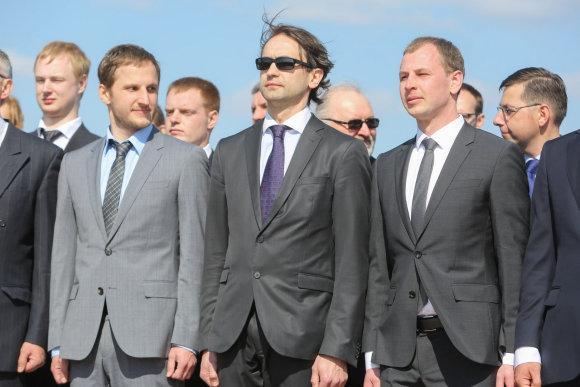 Juliaus Kalinsko/15min.lt nuotr./Dominykas Vizbaras (dešnėje) kartu su broliu  Kristijonu ir Šarūnu Šiugžda (viduryje)