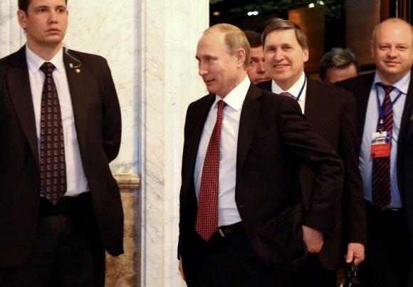 """Reuters""/""Scanpix"" nuotr./V.Putinas išeina iš kabineto po nakties derybų Minske"