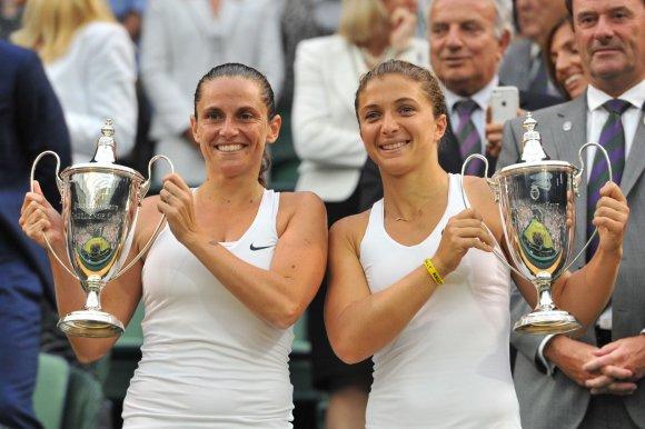 """AFP/""""Scanpix"""" nuotr./Sara Errani ir Roberta Vinci užpildė """"Didžiojo kirčio"""" dvejetų turnyrų nugalėtojų taurių kolekciją"""