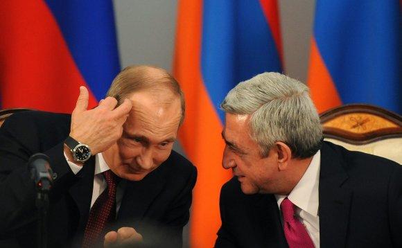 """AFP/""""Scanpix"""" nuotr./Vladimiras Putinas ir Seržas Sargsianas"""