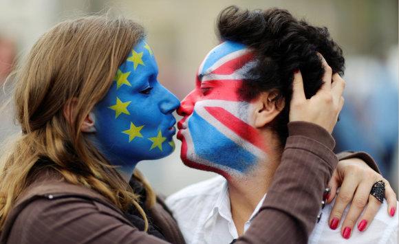 """""""Reuters""""/""""Scanpix"""" nuotr./Aktyvistai su ant veidų išpieštomis JK ir ES vėliavomis"""