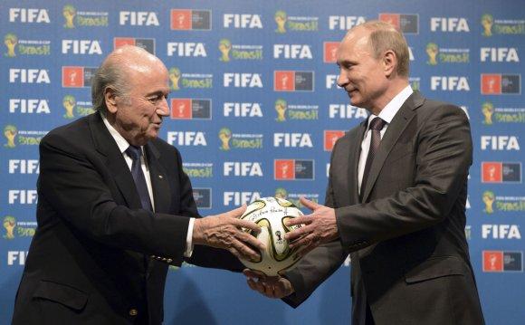 """""""Reuters""""/""""Scanpix"""" nuotr./FIFA prezidentas Seppas Blatteris ir Rusijos prezidentas Vladimiras Putinas"""