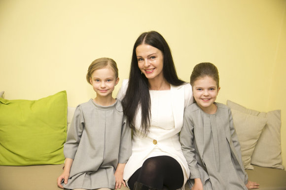 Viganto Ovadnevo/Žmonės.lt nuotr./Jurgita Krivickienė su dukromis