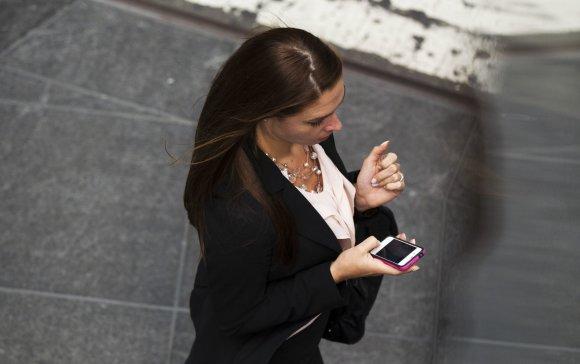 """""""Reuters""""/""""Scanpix"""" nuotr./Moteris su išmaniuoju telefonu"""
