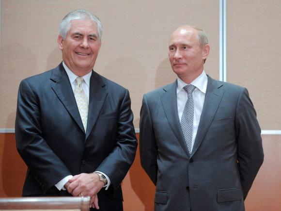 """""""Reuters""""/""""Scanpix"""" nuotr./ Rexas Tillersonas ir Vladimiras Putinas 2011 m."""