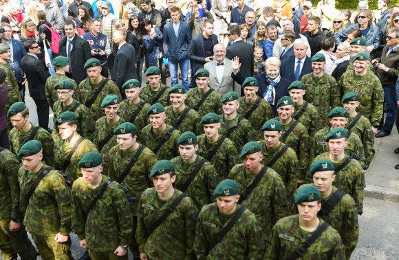 LR Prezidento kanceliarijos nuotraukos/ R.Dačkaus nuotr./Tarnybą baigė pirmieji šauktiniai