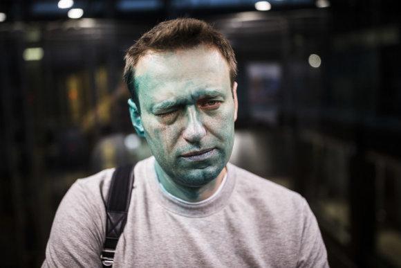 """Scanpix""/AP nuotr./Briliantine žaluma apipiltas Aleksejus Navalnas"