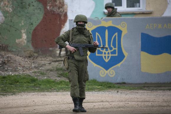 """""""Reuters""""/""""Scanpix"""" nuotr./Rusijos kariai Kryme 2014 metų pavasarį"""