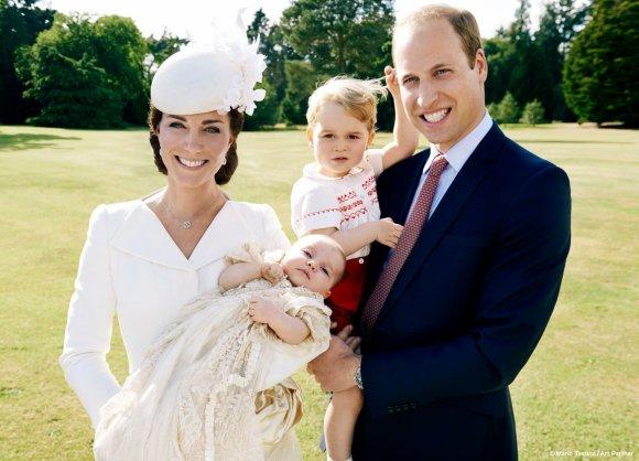 Mario Testino nuotr./Princas Williamas ir Kembridžo hercogienė Catherine su princese Charlotte Elizabeth Diana ir princu George'u