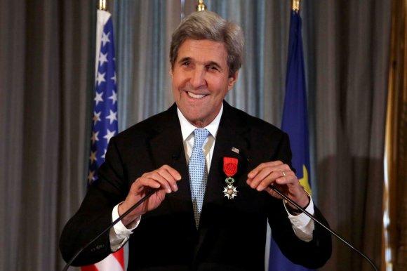 """""""Reuters""""/""""Scanpix"""" nuotr./Johnas Kerry apdovanotas aukščiausio rango Prancūzijos apdovanojimu"""
