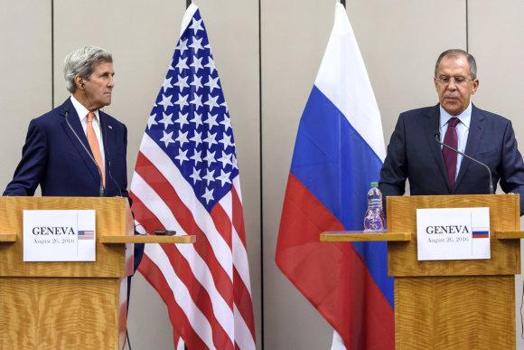 """""""Scanpix""""/AP nuotr./Johnas Kerry ir Sergejus Lavrovas"""