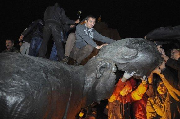 """Reuters""/""Scanpix"" nuotr./Charkove nuversta Leninino statula"