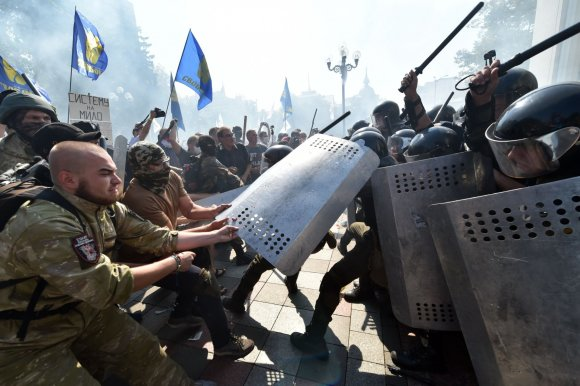 """AFP/""""Scanpix"""" nuotr./Protestai prie Ukrainos Aukščiausiosios Rados"""