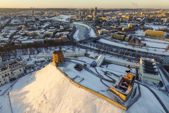 Irmanto Gelūno / 15min nuotr./Apglėbtas šalčio Vilnius paskendo besileidžiančios saulės spinduliuose
