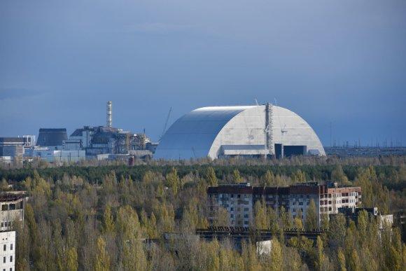 """""""Sputnik""""/""""Scanpix"""" nuotr./Černobylyje naujas milžiniškas gaubtas pradėtas stumti ant branduolinio reaktoriaus"""