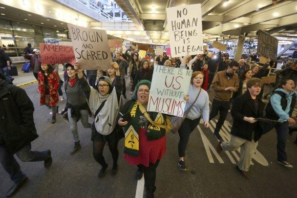 """""""Reuters""""/""""Scanpix"""" nuotr./Protestai JAV oro uostuose dėl imigracijos draudimo"""