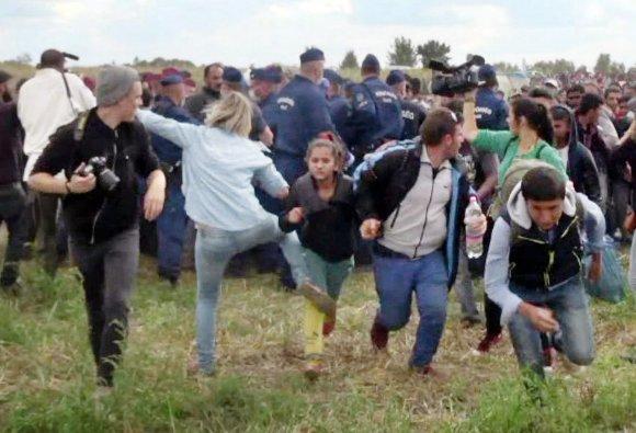 """AFP/""""Scanpix"""" nuotr./Vengrų operatorė apspardė pabėgėlius"""