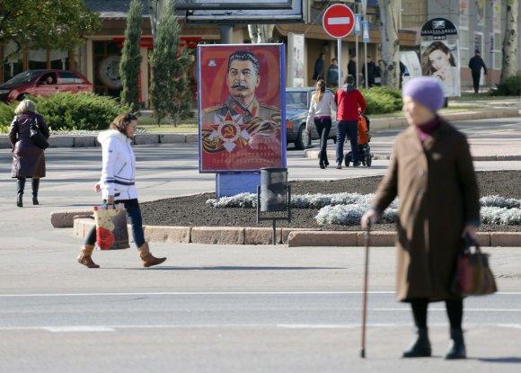 "AFP/""Scanpix"" nuotr./Stalino portretas Donecko miesto gatvėje"
