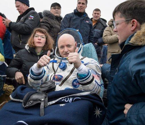 """AFP/""""Scanpix"""" nuotr./Beveik metus kosmose praleidę TKS nariai sėkmingai grįžo į Žemę"""