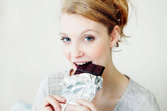 Vida Press nuotr./Moteris valgo šokoladą