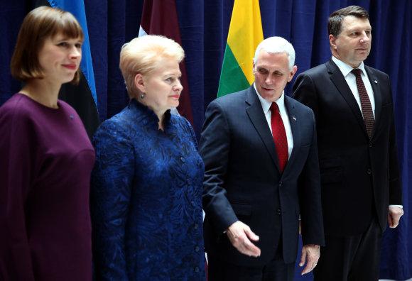 """""""Reuters""""/""""Scanpix"""" nuotr./ Kersti Kaljulaid, Dalia Grybauskaitė, Mike'as Pence'as ir Raimonds Vējonis"""