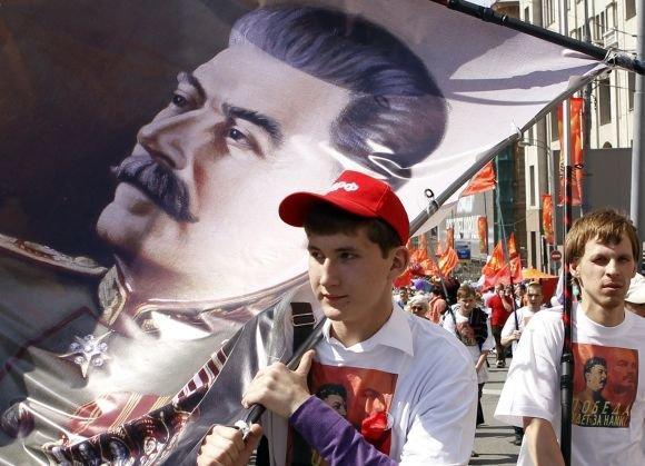 """""""Reuters""""/""""Scanpix"""" nuotr./Stalino portretas gegužės 9 d. demonstracijoje"""