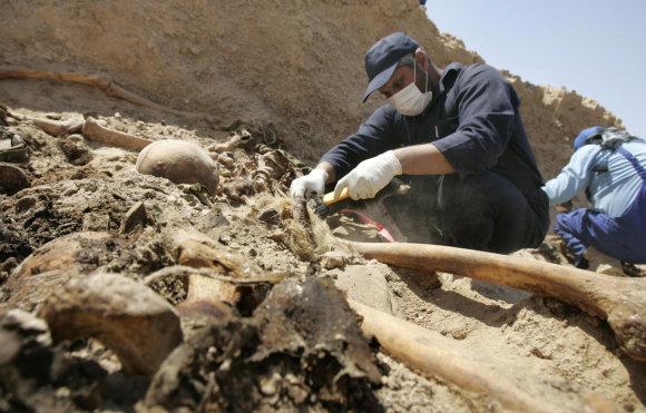 """""""Reuters""""/""""Scanpix"""" nuotr./Viena iš masinių kapaviečių, kurioje buvo užkasti šimtai Saddamo Husseino režimo priešininkų palaikų"""