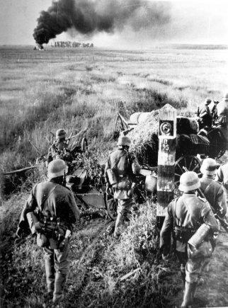 Johanneso Hähles/Vokietijos Bundesarchyvo/Wikimedia.org nuotr./Vokiečių kariai prie SSRS pasienio ženklo (1941 m. birželio 22 d.)