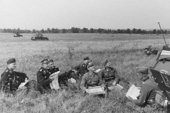 Vokietijos Bundesarchyvo/Wikimedia.org nuotr./Erwinas Rommelis, kurio veiksmai nulėmė vokiečių pergalę Prancūzijoje, su savo tankistais