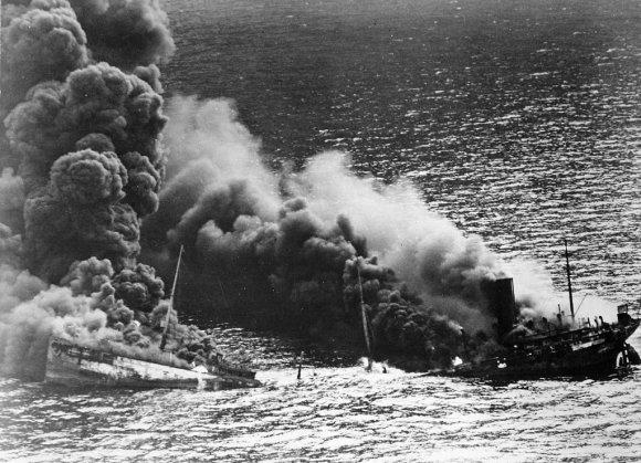 """Wikipedia.org nuotr./Vokiečių povandeninio laivo U-71 torpeduotas tanklaivis """"Dixie Arrow"""" (1942 m. kovo 26 d.)"""