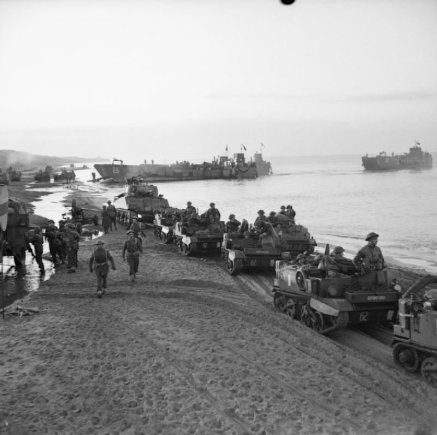 Britanijos Imperijos karo muziejaus/Wikipedia.org nuotr./Britų kariai išsilaipina Ancijaus paplūdimyje (1944 m. sausio 22 d.)