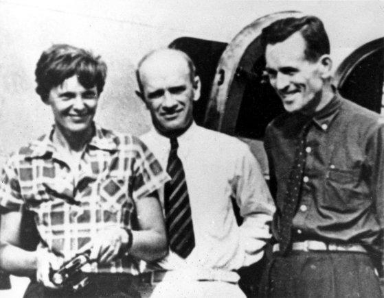 """""""Scanpix""""/AP nuotr./Amelia Earhart ir Fredas Noonanas (dešinėje) su aukso kasyklų Naujojoje Gvinėjoje savininku F.C.Jacobsu prieš pat pakilimą į Houlando salą 1937 m. liepos 2 d."""